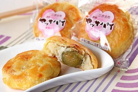 梅の甘露煮、白こしあんをパイ生地で包み焼き上げた洋風和菓子です。