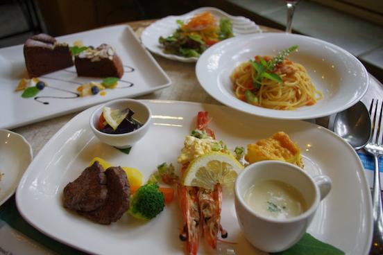 お昼の大人気おすすめミニコース1580円。日替わりのパスタ、メイン、デザートなど