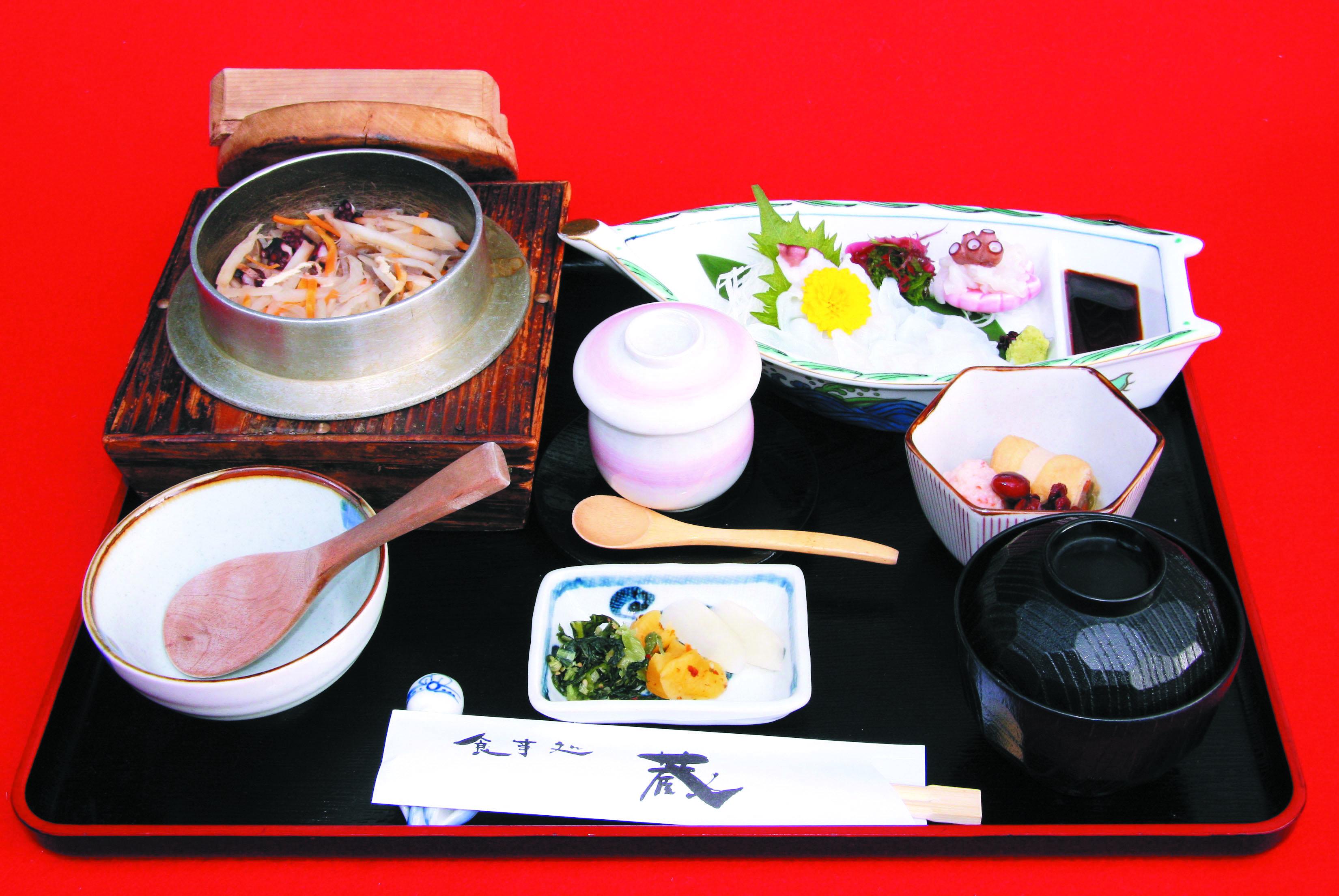 松釜めし定食 1,800円(小鉢・蒸し物・刺身・吸物付)