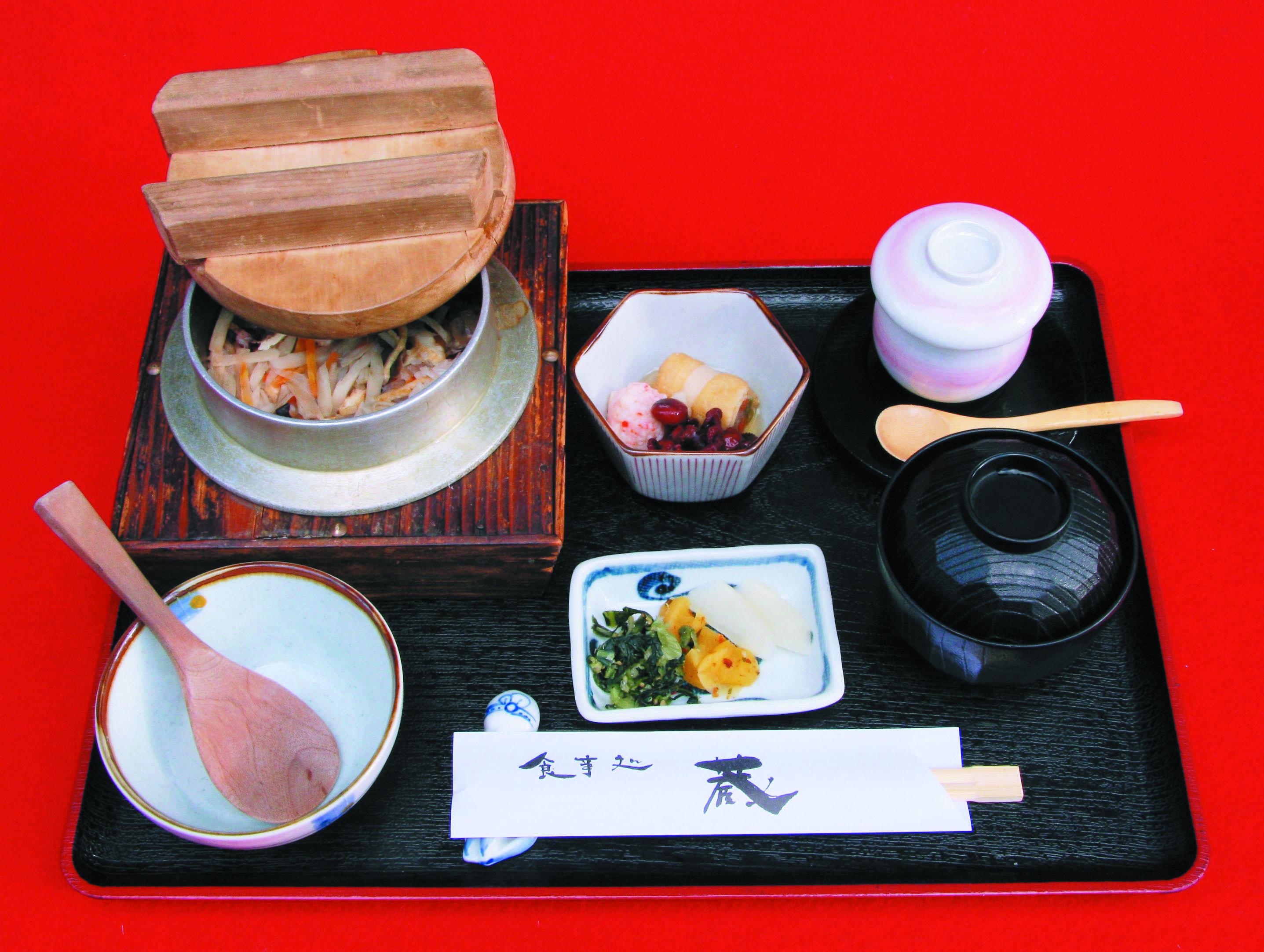 梅釜めし定食 900円(小鉢・蒸し物・吸物付)
