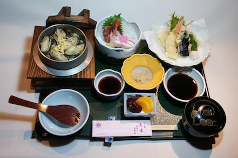釜飯定食 天ぷらかお刺身お好きな方を選べます。