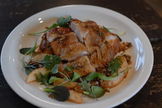 若鶏のカリカリ焼き、特製のソースとカリカリに焼いたチキンがよく合います。