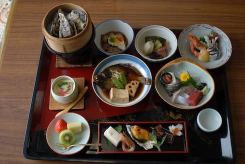 夕食:会席膳(1泊2食@8,000円税別の場合の夕食です)