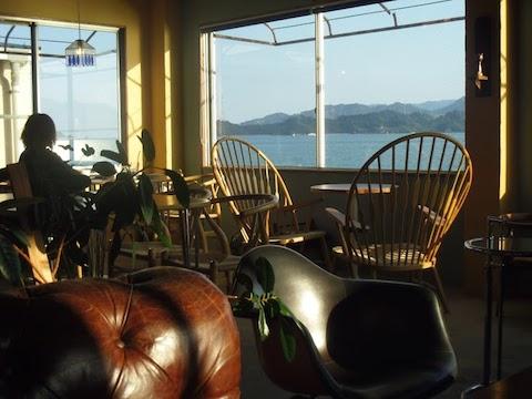 瀬戸内の島々が眺望できる店内
