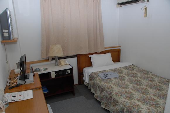 シングルルーム:ホッとひといき、リラックス。シンプルなお部屋でおくつろぎください。