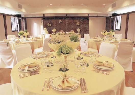 宴会場:大小あわせて5つの宴会場は、ご婚礼や各種パーティー、会議など少人数から300名様まで幅広い用途にてご利用いただけます。