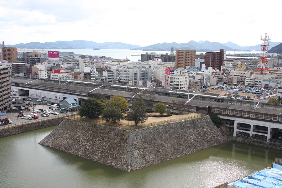 駅構内の三原城跡