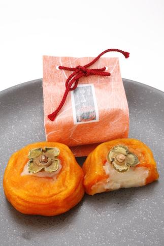<柿中柚香>あんぽ柿の自然な甘さを生かし、さっぱりとした柚子あんを使用。ゆずやすだちの香り詰めました。表面はパリッと、中はとろりとした食感をお楽しみ下さい。