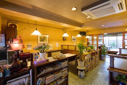 店内から三原城跡が見えます。テーブル4人×8席、座敷12人