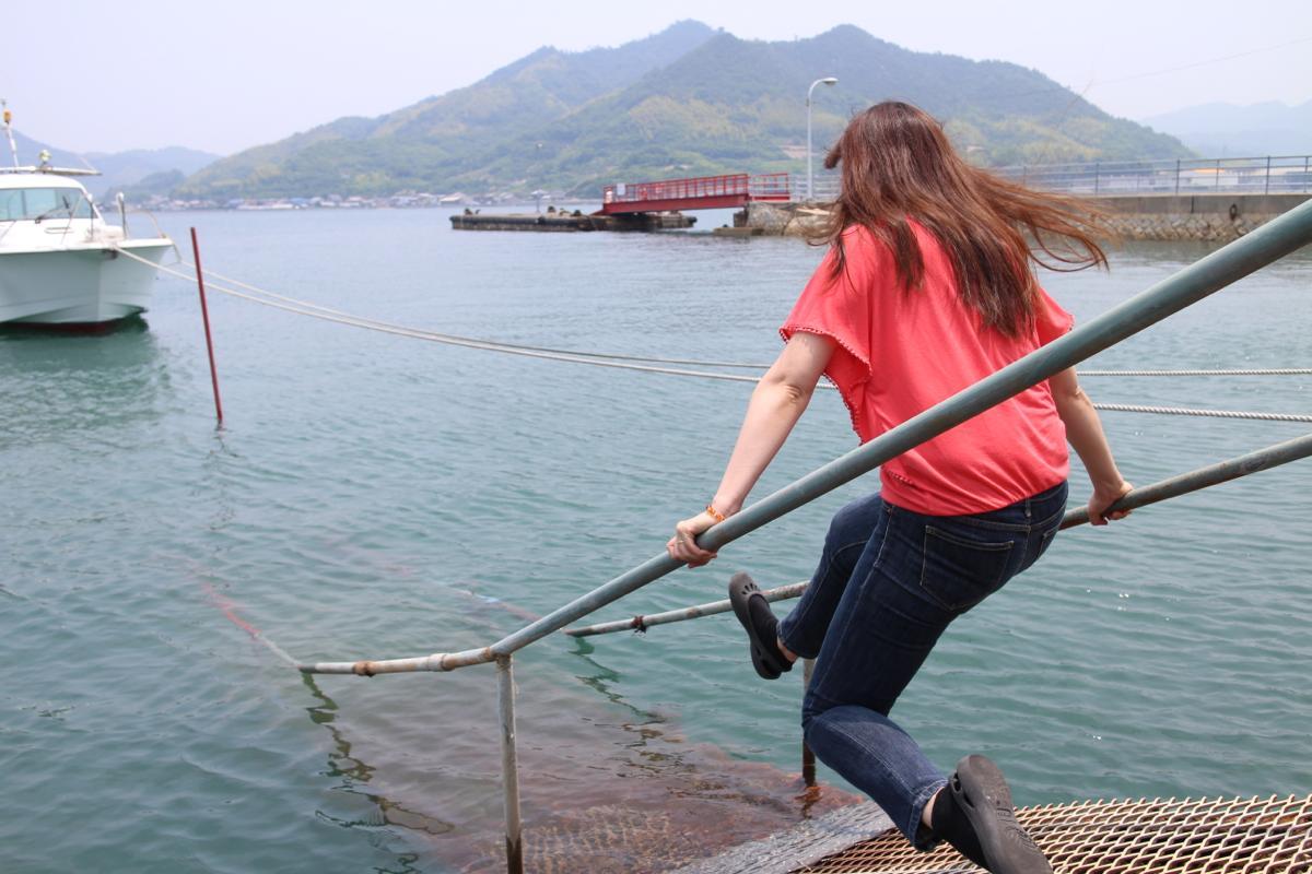色鮮やかな空と海に向かって、ジャンプ!