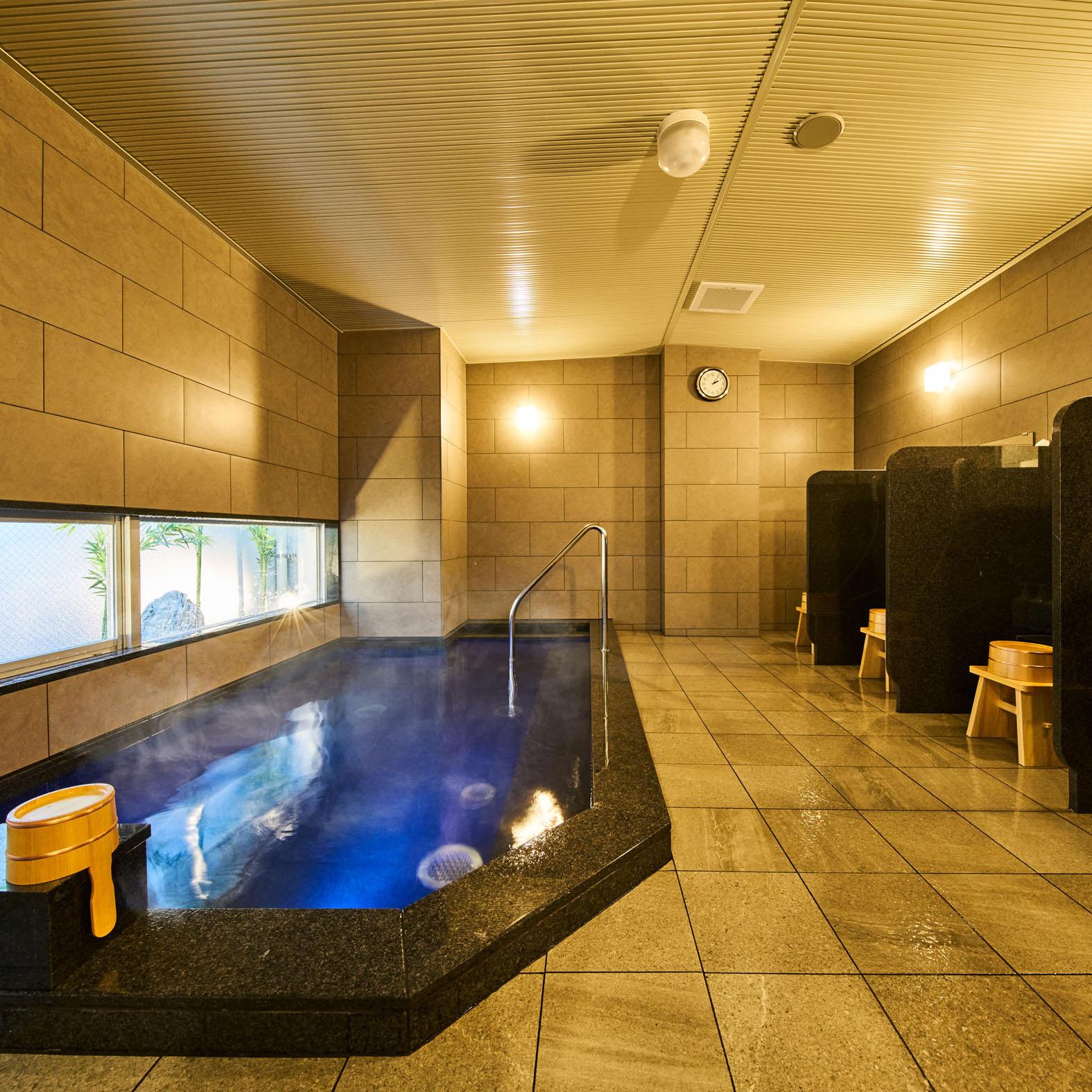 男女別天然温泉「浮城の湯」善入寺温泉より運搬。 神経痛や筋肉痛、慢性皮膚病に効果があります。 足を延ばして、ゆったりとおくつろぎくださいませ。 入浴時間は男女とも、15:00~9:30となっており、夜通しお入りいただけます。
