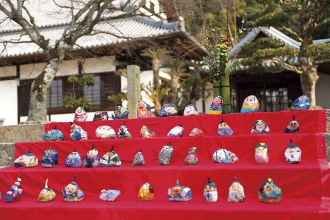 お寺の石段にもみんなで並び楽しそう
