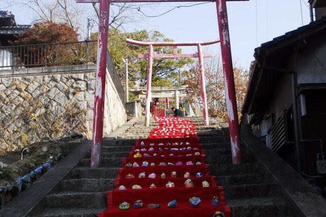 神社に所狭しと並ぶおひなさま(インスタ映え?)