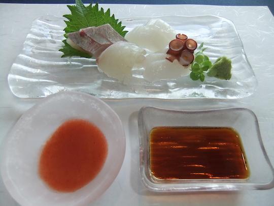 たこのお造り:生タコのお造り。梅肉ソースも美味です。
