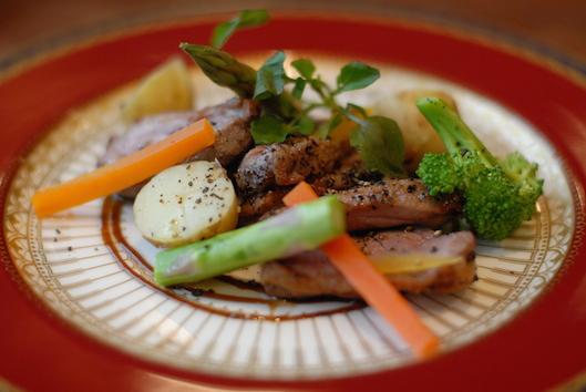合鴨の黒コショウ焼き  鴨のやわらかさと黒コショウの風味をお楽しみください。