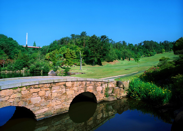 高原の爽やかな風を浴びながら、夏にも快適なゴルフが楽しめます。