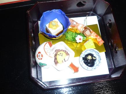 八寸(車海老黄味寿司・菜の花浸し・飯蛸旨煮・黒豆・串差し・胡麻豆腐)