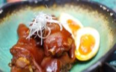 コラーゲンたっぷりの煮てびち(豚足)